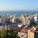 Het uitzichtpunt aan Castillo de Gibralfaro geeft aan knap zicht over Muelle Uno en Plaza de Torros.